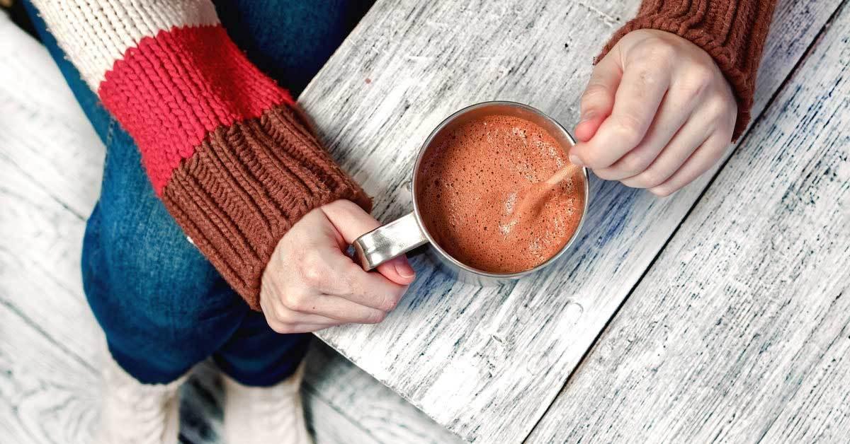 آیا هات چاکلت کافئین دارد؟ چگونه با سایر نوشیدنی ها مقایسه می شود
